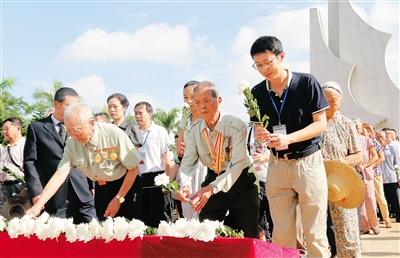 九月三十日上午,海南省各界代表在海口市金牛岭解放海南岛战役