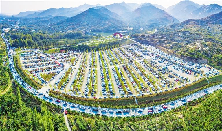 山东临沂沂蒙山银座天蒙旅游景区露天停车场停满了车辆,蔚为壮观.