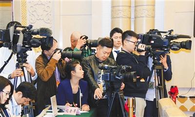 海南代表团在人民大会堂海南厅讨论十九大报告,中外媒体聚焦海南.