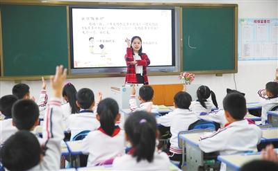 海口市港湾小学数学老师田静偲在授课.本报记者 张茂 摄