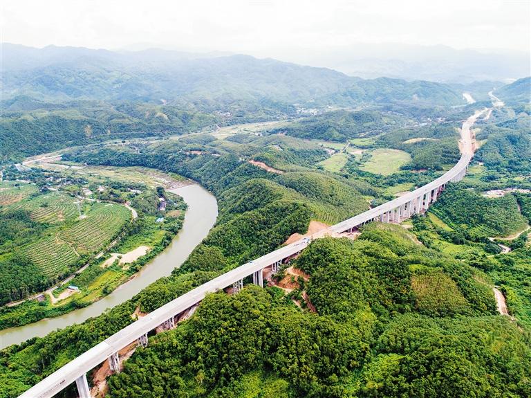 8月2日,建设中的海南中线高速公路琼中什太阶1号大桥     本报记者