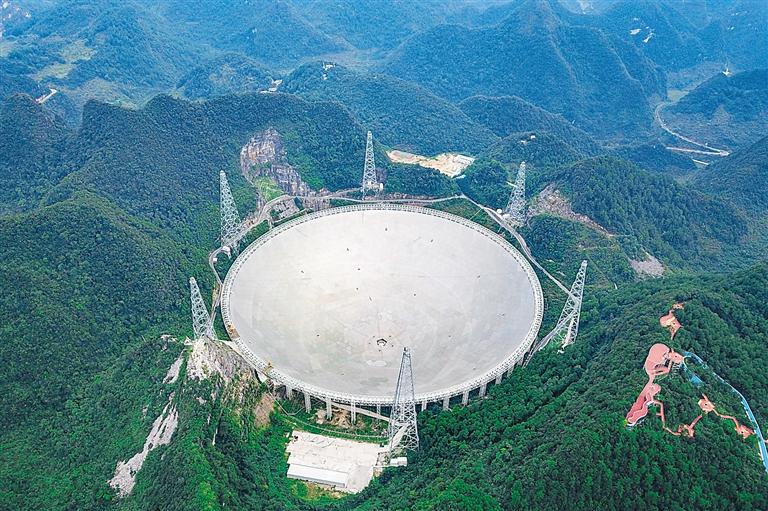 """被誉为""""中国天眼""""的500米口径球面射电望远镜.     新华社发"""