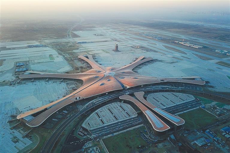 在华北空管局塔台管制员的指挥下在北京大兴国际机场北跑道平稳落地.