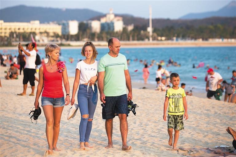 -->  2月27日,外国游客在三亚大东海海滩上休闲度假。   据悉,2018年三亚接待入境游客81.68万人次(含一日游入境游客10.07万人次),同比增长17.90 %。本月三亚接连开通直飞俄罗斯茹科夫斯基、乌法、喀山等三条国际航线,并计划开通至俄罗斯莫斯科、圣彼得堡、伊尔库茨克、苏尔古特、雅库茨克和其它地区的直飞航班。   三亚还将结合市场需求,培育旅游+新业态,包装出一批符合新兴旅游市场需求的产品,带动三亚旅游产品的创新升级,提升三亚旅游市场的竞争力,在2019年力争接待入境游客达到90万人次。