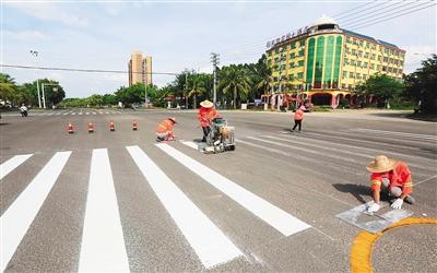 海南儋州:更新交通标识 方便市民出行