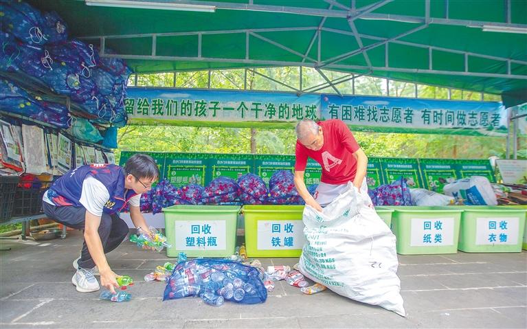 志愿者们活跃在各环保场所(图1)